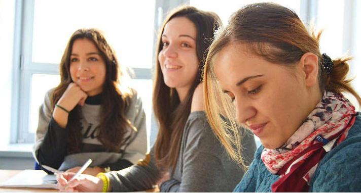 uczniowie w skzole językowej